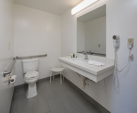 Redwood Creek Inn - Accessible Private Bathroom